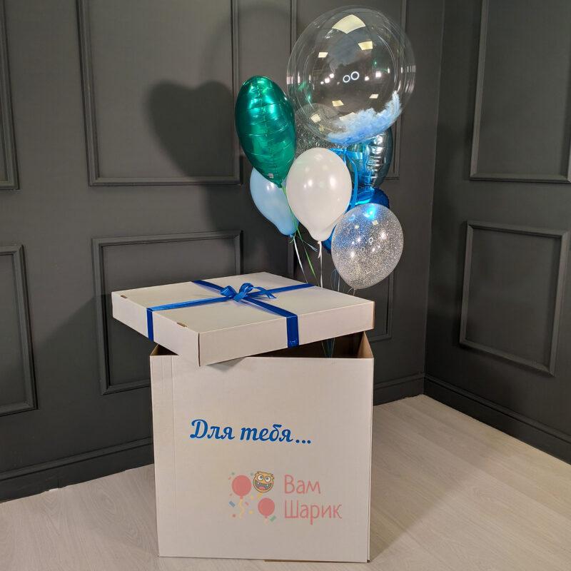 Композиция из белых и голубых и шаров с блестками с сердцами и кристальным шаром в белой коробке