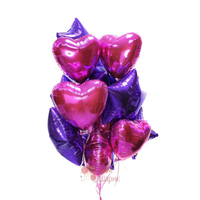 Композиция из фольгированных фиолетовых звезд и сердец фуксия