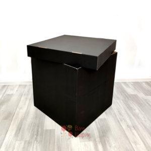 Красная коробка с надписью и черным помпонам