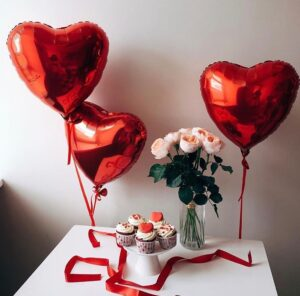 Сердце из розовых, фуксия и красных шаров