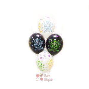 Облако черных и белых шаров с разноцветными черепами