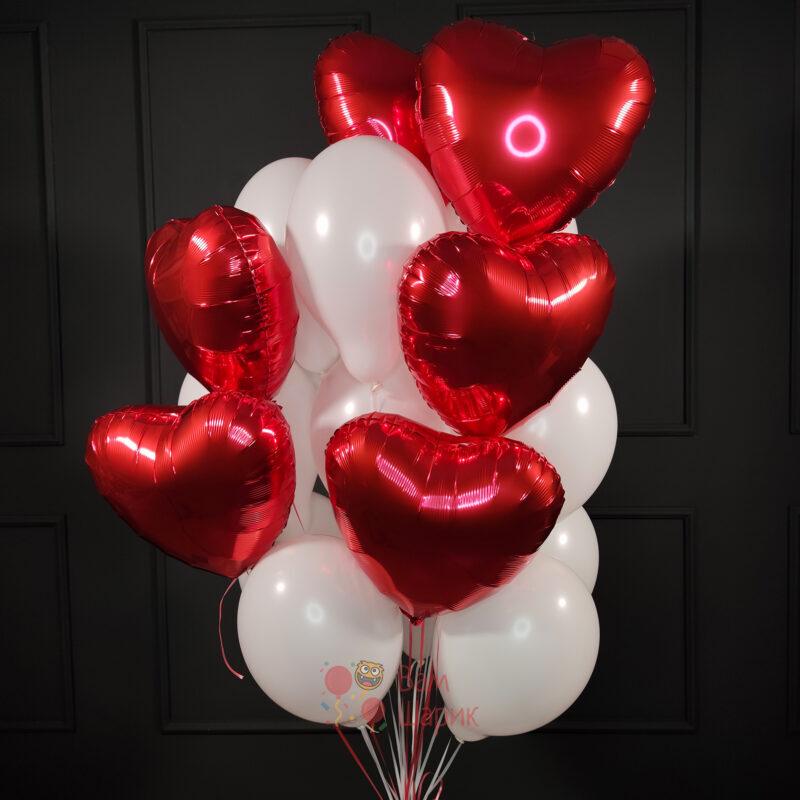 Композиция из белых шаров с красными сердцами