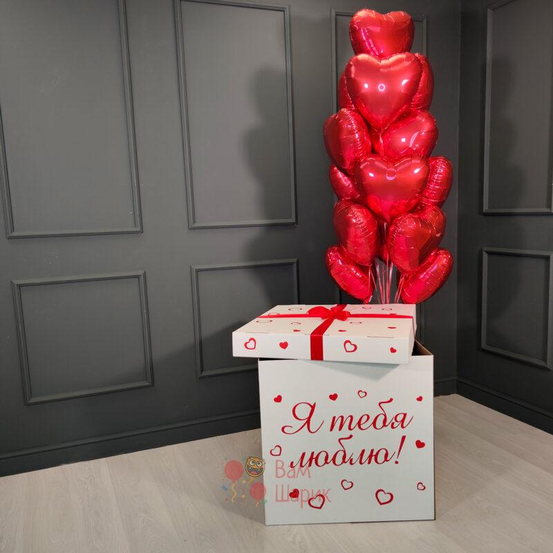 Фольгированные красные сердца в белой коробке